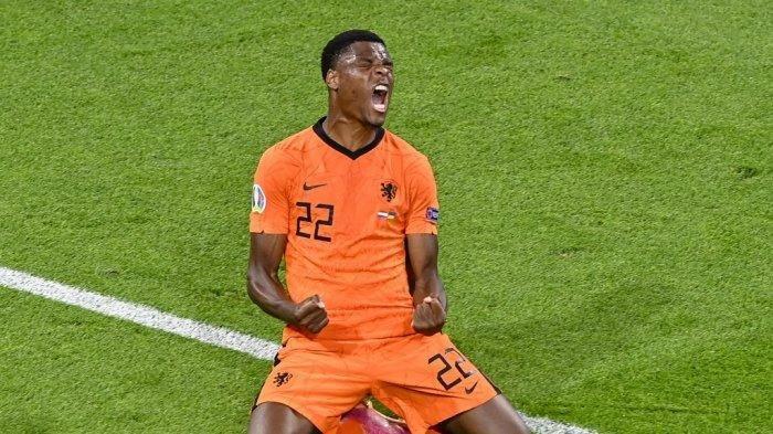 Bek Belanda Denzel Dumfries merayakan setelah mencetak gol ketiga pada pertandingan sepak bola Grup C UEFA EURO 2020 antara Belanda dan Ukraina di Johan Cruyff Arena di Amsterdam pada 13 Juni 2021.