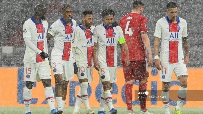 Bek Paris Saint-Germain Brasil Marquinhos (kanan ke-3) merayakan gol 0-2 bersama rekan satu timnya (kiri) Gelandang Portugal Paris Saint-Germain Danilo Pereira, bek Prancis Paris Saint-Germain Presnel Kimpembe, penyerang Paris Saint-Germain Neymar dan gelandang Argentina Paris Saint-Germain Angel Di Maria selama pertandingan sepak bola leg pertama perempat final Liga Champions UEFA antara FC Bayern Munich dan Paris Saint-Germain (PSG) di Munich, Jerman selatan, pada 7 April 2021.