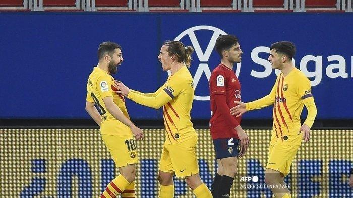 Bek Spanyol Barcelona Jordi Alba (kiri) merayakan dengan penyerang Prancis Barcelona Antoine Griezmann (2L) setelah mencetak gol selama pertandingan sepak bola Liga Spanyol antara CA Osasuna dan FC Barcelona di stadion El Sadar di Pamplona pada 6 Maret 2021.