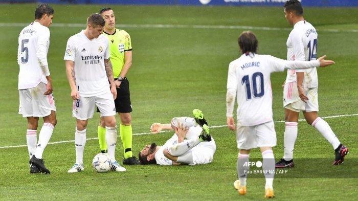 Bek Spanyol Real Madrid Nacho Fernandez (tengah) berbaring di lapangan setelah terjatuh dalam pertandingan sepak bola liga Spanyol antara SD Huesca dan Real Madrid di stadion El Alcoraz di Huesca pada 6 Februari 2021. Pau BARRENA / AFP