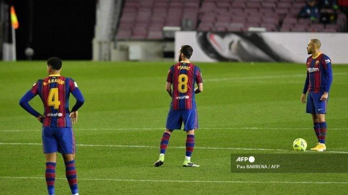 Bek Uruguay Barcelona Ronald Araujo, gelandang Bosnia Barcelona Miralem Pjanic dan penyerang Denmark Barcelona Martin Braithwaite bereaksi setelah gol Eibar dalam pertandingan sepak bola Liga Spanyol antara Barcelona dan Eibar di stadion Camp Nou di Barcelona pada 29 Desember 2020.