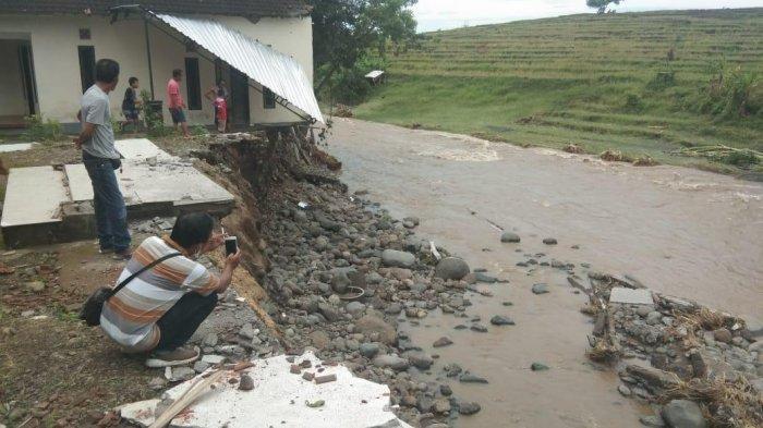 Misbah Tak Menyangka Rumahnya Hanyut, 12 Rumah Rusak Dihantam Banjir Bandang di Pekutatan Jembrana