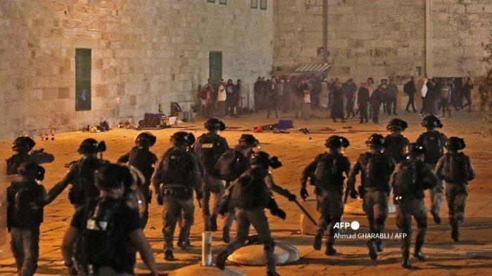Aparat kepolisian Israel berusaha mengusir demonstran Palestina dalam bentrokan yang berlangsung di Masjid Al-Aqsa, Yerusalem, pada 7 Mei 2021.