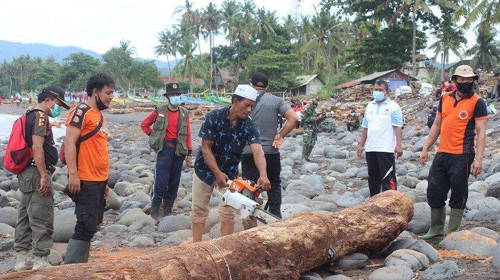 Polres Dibantu BPBD Jembrana Bersih-Bersih Pantai Medewi Pasca Banjir Bandang