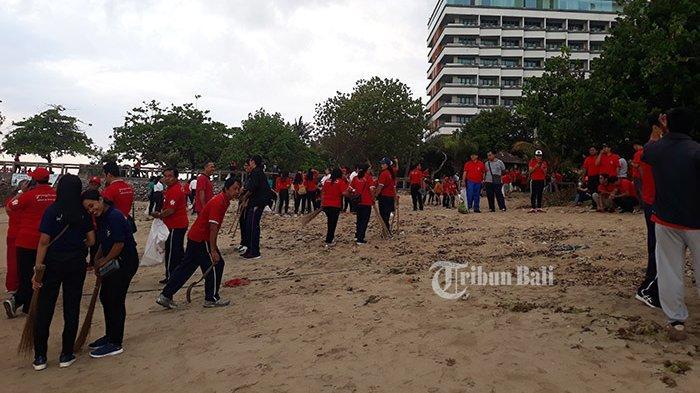 Ribuan Orang Ikuti Bersih-bersih Sampah Plastik di Pantai Sanur