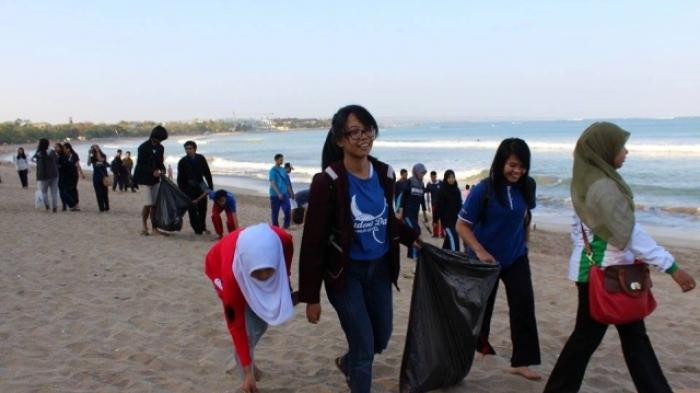 Gerakan Beach Clean Up Mahasiswa FKP Unud