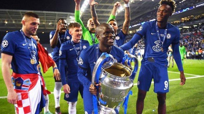 Bintang Chelsea, N'golo Kante, mengangkat trofi Liga Champions usai laga melawan Manchester di Stadion Dragao, Porto, pada Minggu, 30 Mei 2021 dini hari WIB.