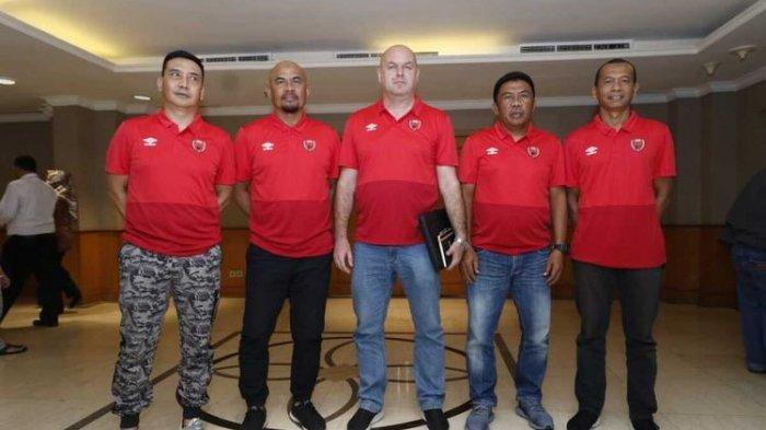 Pelatih PSM Makassar Bojan Hodak (tengah), bersama empat asistennya saat diperkenalkan manajeman di hotel Aryadutha, Makassar, Senin (6/1/2020).