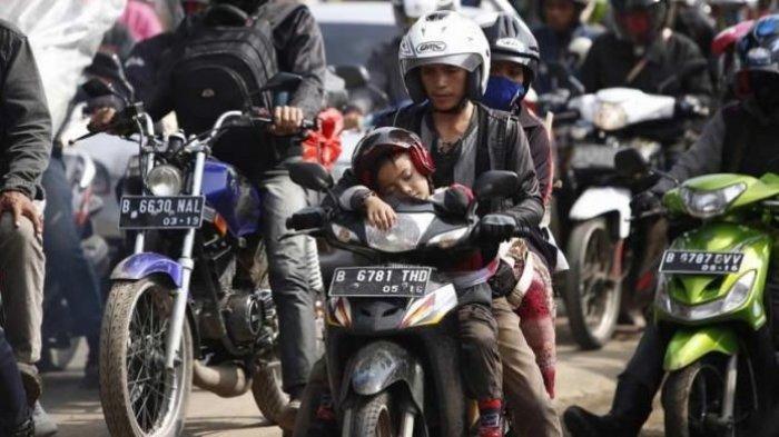 Bagi Anda yang Suka Naik Motor, Bonceng Dua Penumpang Bisa Kena Denda & Kurungan Penjara 1 Bulan