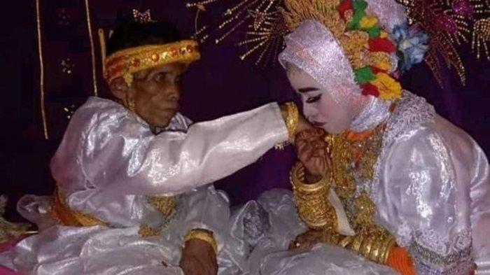 Bora (58) dan Ira Fazillah (19) pasangan pengantin yang kembali menggemparkan Kabupaten Bone, Sulawesi Selatan. Rabu, 7 April 2021.