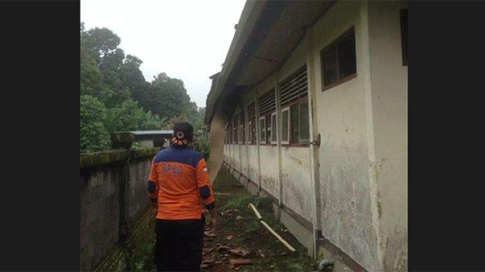 Cuaca Ekstrem Terjadi di Badung Mengakibatkan Atap dan Plafon Bangunan di SDN 3 Kuwum Ambruk