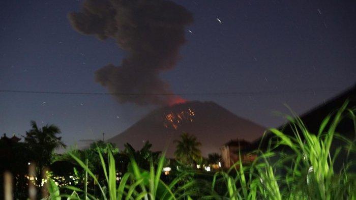BREAKING NEWS: Gunung Agung Meletus dengan Dentuman Keras, Lontaran Abu ke Segala Arah, Ada Api