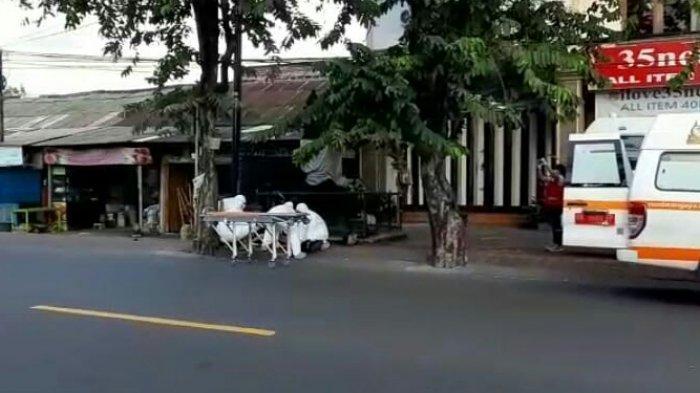 BREAKING NEWS: WNA Tak Sadarkan Diri di Jalan Imam Bonjol, Petugas Evakuasi dengan Pakaian Khusus