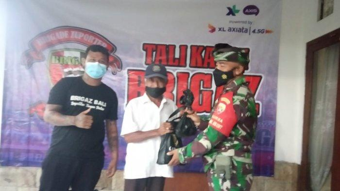 Sambut Hari Raya Galungan, Brigaz Bali Korwil Buleleng Bagi-bagi Daging Babi Gratis