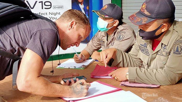 Terjaring Razia Masker, 8 Bule di Bali Didenda Rp 100 Ribu 'Saya Lupa Tidak Pakai Masker'
