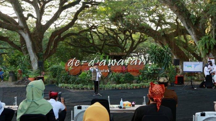 Serahkan Bansos Pelaku Seni-Wisata, Bupati Anas Ajak Giatkan Lagi Sektor Pariwisata