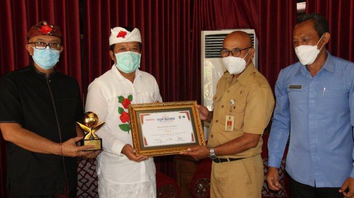 Bupati Bangli Secara Simbolis Terima Piagam Penghargaan Bintang 3 Top Award 2021