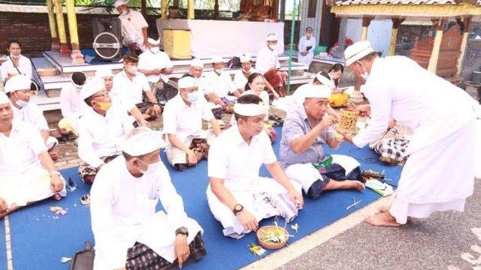 Bersama Wabup, Bupati Tamba Hadiri Pujawali di Pura Segara Desa Pengambengan Jembrana