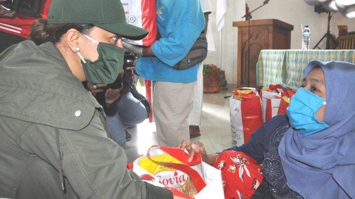 Bupati Eka Serahkan Bantuan Paket Sembako di Balai Netra Mahatmiya Tabanan