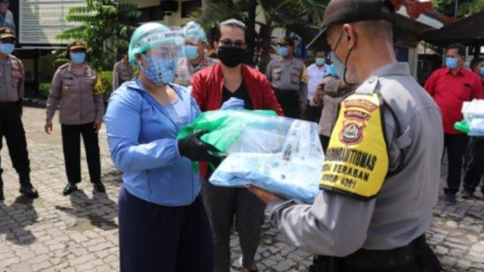 Bupati Eka Wiryastuti Serahkan 134 APD ke Bhabinkamtibmas Polres Tabanan