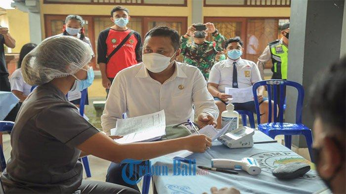 Bupati Gianyar Tinjau Vaksinasi Anak Dan Remaja di 7 SMP Negeri di Kabupaten Gianyar