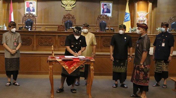 Sidang Paripurna Kedua DPRD Badung, Giri Prasta Bersama Pimpinan DPRD Tandatangani Ranperda