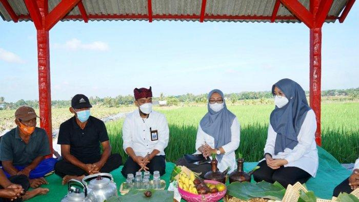 Bersama Petani, Bupati Ipuk Tumpengan Peringati Hari Lahir Pancasila