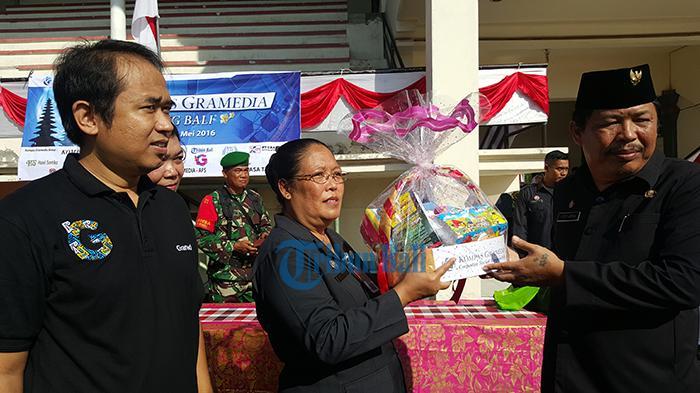 Kompas Gramedia Group Serahkan Ribuan Buku Bacaan pada Pemkab Jembrana