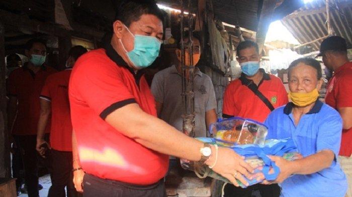 Jumat Berbagi, Bupati Artha Bantu Warga Banjar Tengah yang Rumahnya Roboh