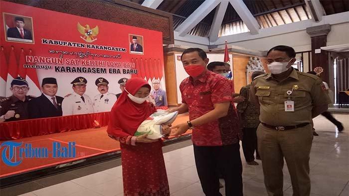 Bupati Karangasem Distribusikan Ribuan Paket Beras untuk Masyarakat yang Terdampak PPKM