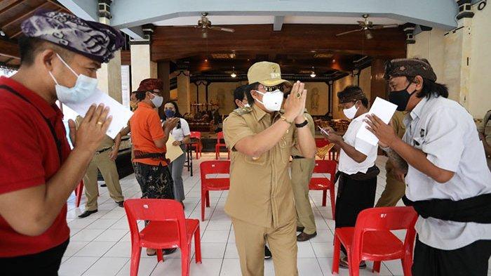 Bupati Giri Prasta Pantau Penyaluran BLT dengan QR Code di Kecamatan Kuta