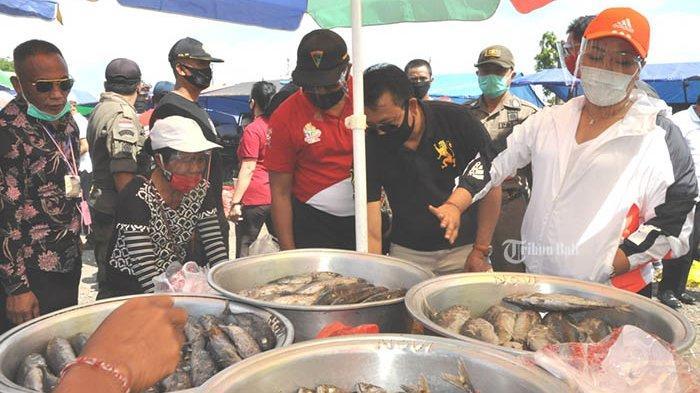 Bupati Eka Bagikan 3.600 Paket Stamina, Upaya Cegah KlasterPasar di Tabanan