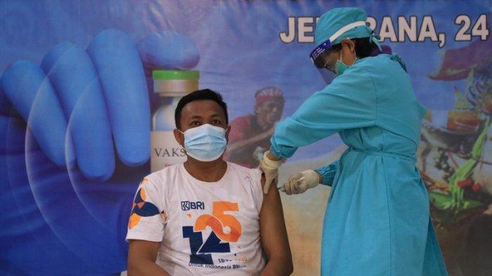 Bupati Tamba Tinjau Vaksinasi Massal Perbankan se-Kabupaten Jembrana, 19 Ribu Orang Sudah Divaksin