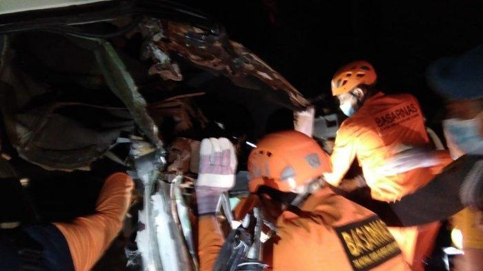 Tabrakan Dengan Truk Fuso di Karangasem, Pengemudi Suzuki Terjepit di Dalam Mobil