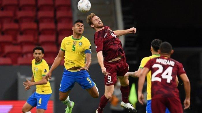 Casemiro dari Brazil (kiri) dan Fernando Aristeguieta dari Venezuela berebut bola dalam pertandingan fase grup turnamen sepak bola Conmebol Copa America 2021 di Stadion Mane Garrincha di Brasilia pada 13 Juni 2021. EVARISTO SA / AFP