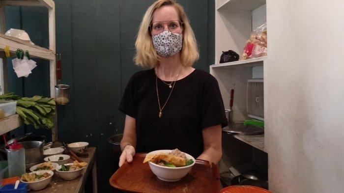 VIRAL Bule Cewek Jualan Mi Ayam Bakso, Banting Setir Setelah Bisnis Travel Seret Akibat Pandemi