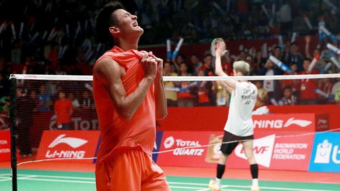 Pemain tunggal putra Tiongkok, Chen Long, merayakan kemenangan atas Kento Momota (Jepang) pada laga semiifinal Kejuaraan Dunia 2015 di Istora, Jakarta, Sabtu (14/8/2015).