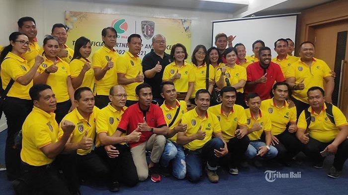 Coco Group pose bersama CEO Bali United Yabes Tanuri dan pemain Bali United di Kuta, Badung, Bali, Jumat (14/2/2020).