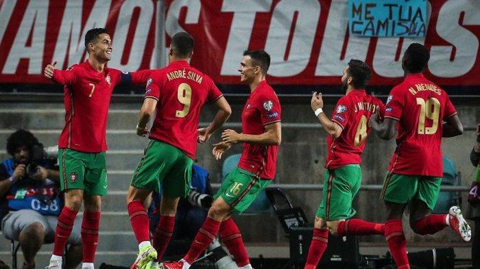 Kapten Portugal Cristiano Ronaldo (kiri) merayakan golnya dalam laga Kualifikasi Piala Dunia 2022 Grup A zona Eropa pada 13 Oktober 2021.