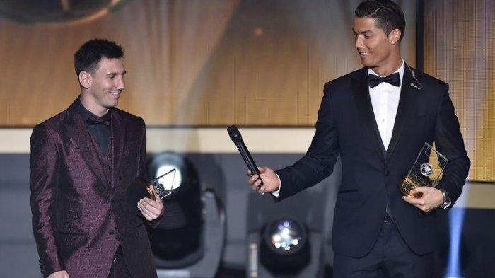 Pemain depan Portugal Cristiano Ronaldo memberikan microhpone pemain depan Argentina Lionel Messi (kiri) ketika mereka berdiri di atas panggung setelah terpilih dalam FIFA FIFPro World XI 2014 selama upacara penghargaan FIFA Ballon d'Or di Kongresshaus di Zurich pada 12 Januari.