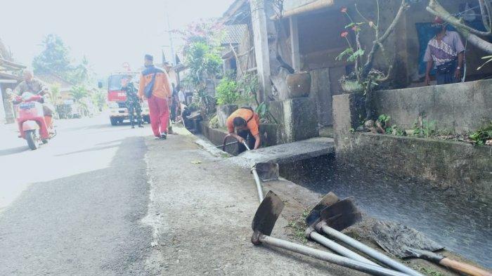 Cegah Demam Berdarah, BPBD dan Damkar Gianyar Bersihkan Limbah di Saluran Drainase
