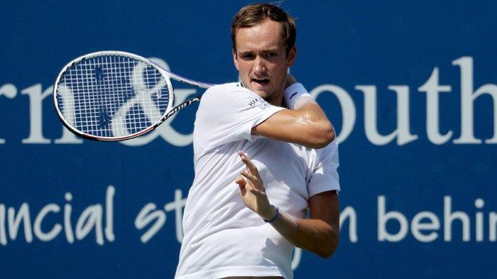 Daniil Medvedev dari Rusia  saat melawan Pablo Carreno Busta dari Spanyol di turnamen  Cincinnati Masters 2021  di Mason, Ohio 20 Agustus 2021.