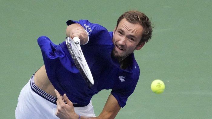 Petenis Rusia Daniil Medvedev melepaskan servis dalam pertandingan final US Open melawan petenis Serbia Novak Djokovic   di New York, Minggu 12 September 2021.
