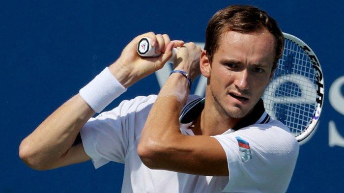 Daniil Medvedev dari Rusia melepaskan backhand saat melawan Pablo Carreno Busta dari Spanyol di turnamen  Cincinnati Masters 2021  di Mason, Ohio 20 Agustus 2021.