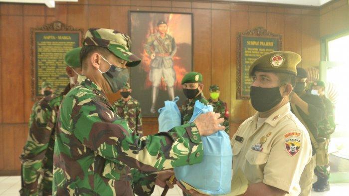 Menyambut Hari Raya Idul Fitri 1441 H, Danrem 163/Wira Satya Serahkan Bingkisan ke Anggotanya