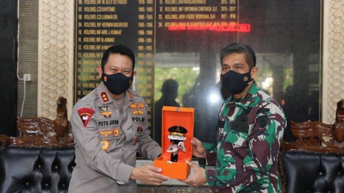 Kapolda Bali Irjen Pol. Putu Jayan Danu Putra, S.H., M.Si saat menyerahkan piagam penghargaan dan pin emas kepada Danrem 163/Wira Satya, Brigjen TNI Husein Sagaf, SH, pada Jumat 30 Juli 2021.