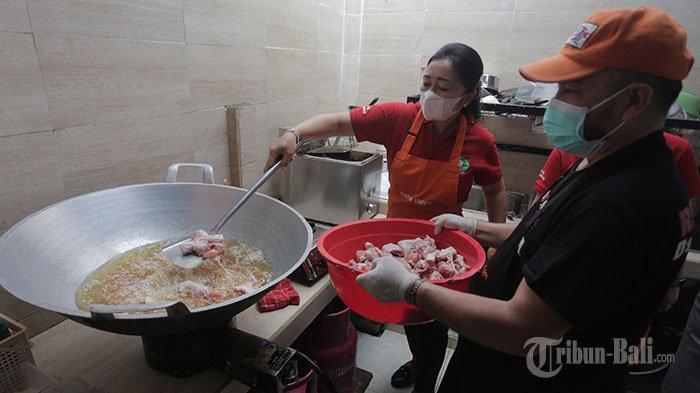 Sejumlah relawan menyiapkan konsumsi di Dapur Umum Gotong Royong, Kaliasem, Denpasar, Minggu 1 Agustus 2021. Makanan tersebut kemudian disalurkan kepada warga yang terdampak pandemi.
