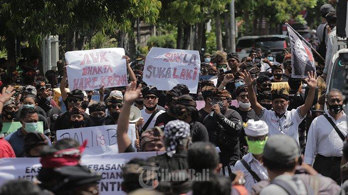 Massa Forum Taksu Bali menggelar demo terkait pernyataan Arya Wedakarna (AWK) dari Lapangan Renon menuju Kantor DPD RI Bali, pada Selasa (3/11/2020).