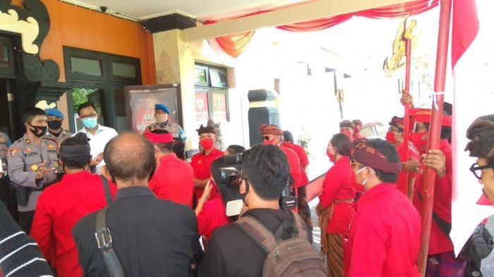 Kader PDIP Gianyar dan Kabag Ops PolresGianyar Debat di Depan Lobi Mapolres, Ini Penyebabnya