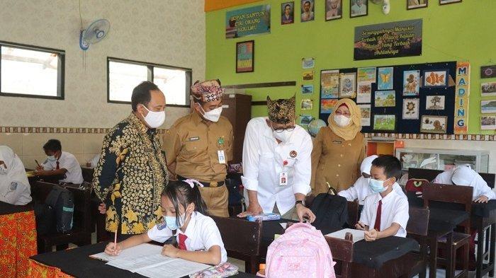 Ke Banyuwangi, Kemenko PMK Pastikan Pembelajaran Tatap Muka Sesuai Prokes Covid 19